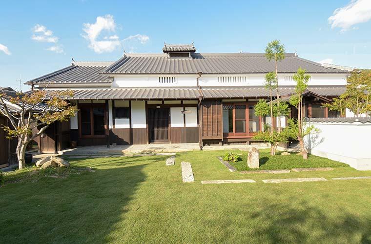 日本の伝統技法と近代デザインが融合!光と影の美しさを魅せるアートな古民家(M様邸)