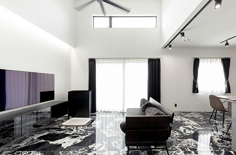 まるで大理石のような床で統一!ホテルライクで広々とした印象を与える平屋住宅(M様邸)