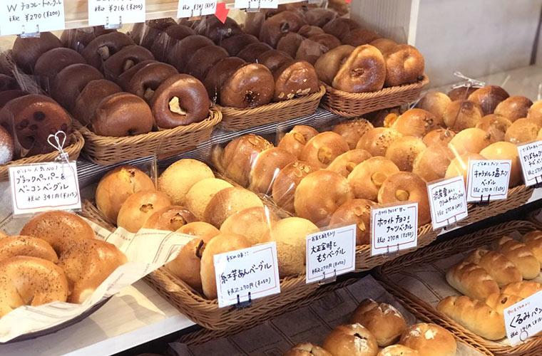 【明石】パン屋「デ マージ」の明石たこベーグルが話題に!国産小麦のもっちりパンがずらり