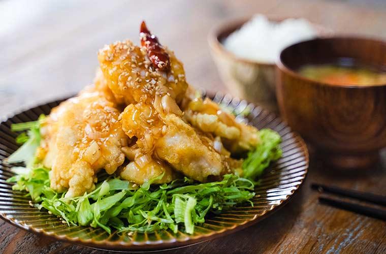 フライパンで揚げずに調理!鶏肉で簡単おかずレシピ【動画あり】