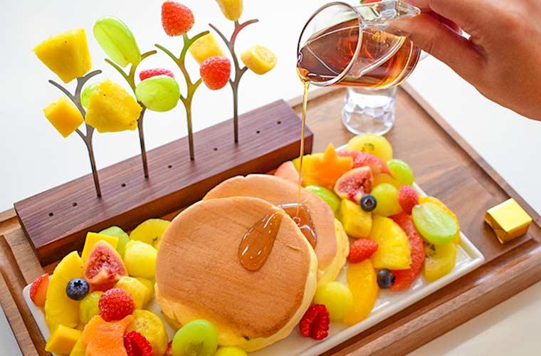 【姫路】果物店マルサン直営「スイーツカフェM」かわいいパンケーキや『りんごちゃん』も登場